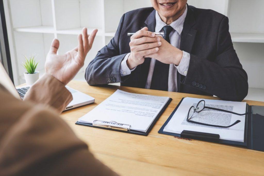 吸収合併を行う際、社員への告知や同意は必要?
